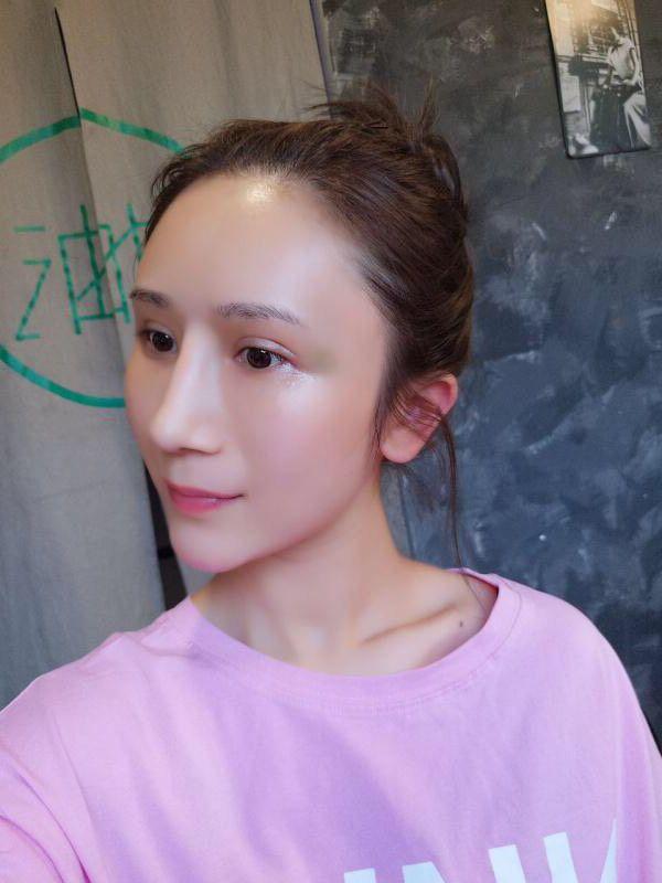 抱歉哦~最近变美了就忙着到处去旅游~忘了更新日记了,嘻嘻嘻但是了还好我想起来了。今天刚起来我就没化妆,因为想让大家看到我的一个真实素颜的鼻子,因为大家都知道的化妆其实可以化出一个鼻子,为了给大家看到一个真实完整的日记,我就牺牲一下下上传素颜啦!但是化妆后,我朋友说我很变的更漂亮了很多。哈哈哈,都说我现在的鼻子好好看~~