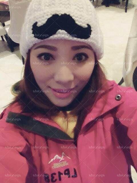 还是第一次出来滑雪呢,好冷,幸好穿得多,一起来玩的小伙伴说看不出我30多岁了,虽然没了皱纹,但是经历都会写在脸上,不过我心里还是窃喜,喜欢被人夸年轻。