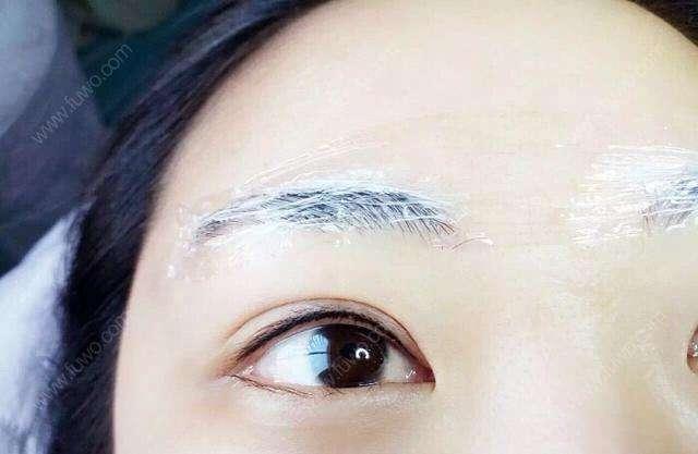 我的眉毛比较杂乱,个人也属于手残党一族,总是修不好眉形,尤其是晚上卸完妆之后眉毛特别难看,显得整个人特别丑。看着身边朋友们都做了纹眉,每天不用画眉,挺省事的。后来在朋友的推荐下也做了半永久纹眉,医院很高大上的感觉,护士小姐姐们也特别热情,显示给我安排了面诊,然后根据脸型和肤色设计了适合我的眉形,重要的是敷麻药的哦,怕疼的宝宝不用担心,操作的时候一点都不疼。   看看我的眉毛好多了吧~~做了纹眉后从此再也不用担心素颜、晕妆了,现在很方便,有的时候懒直接涂个bb霜,涂个口红就可以出门了,节约了很多时间,嘻嘻,我也是素颜女神啦~~