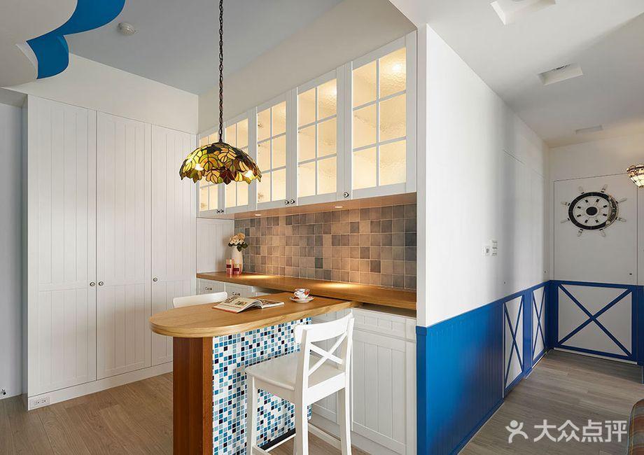 还可以通过吧台与餐厅合用,客厅吊顶与主卧地台合用,旋梯与二层支撑点