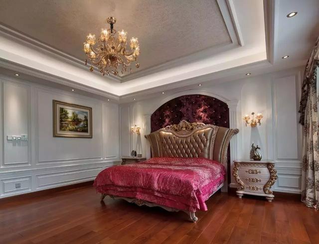 在搭配欧式床品,窗帘,玫瑰花水晶灯,体现卧室温馨浪漫的情调.