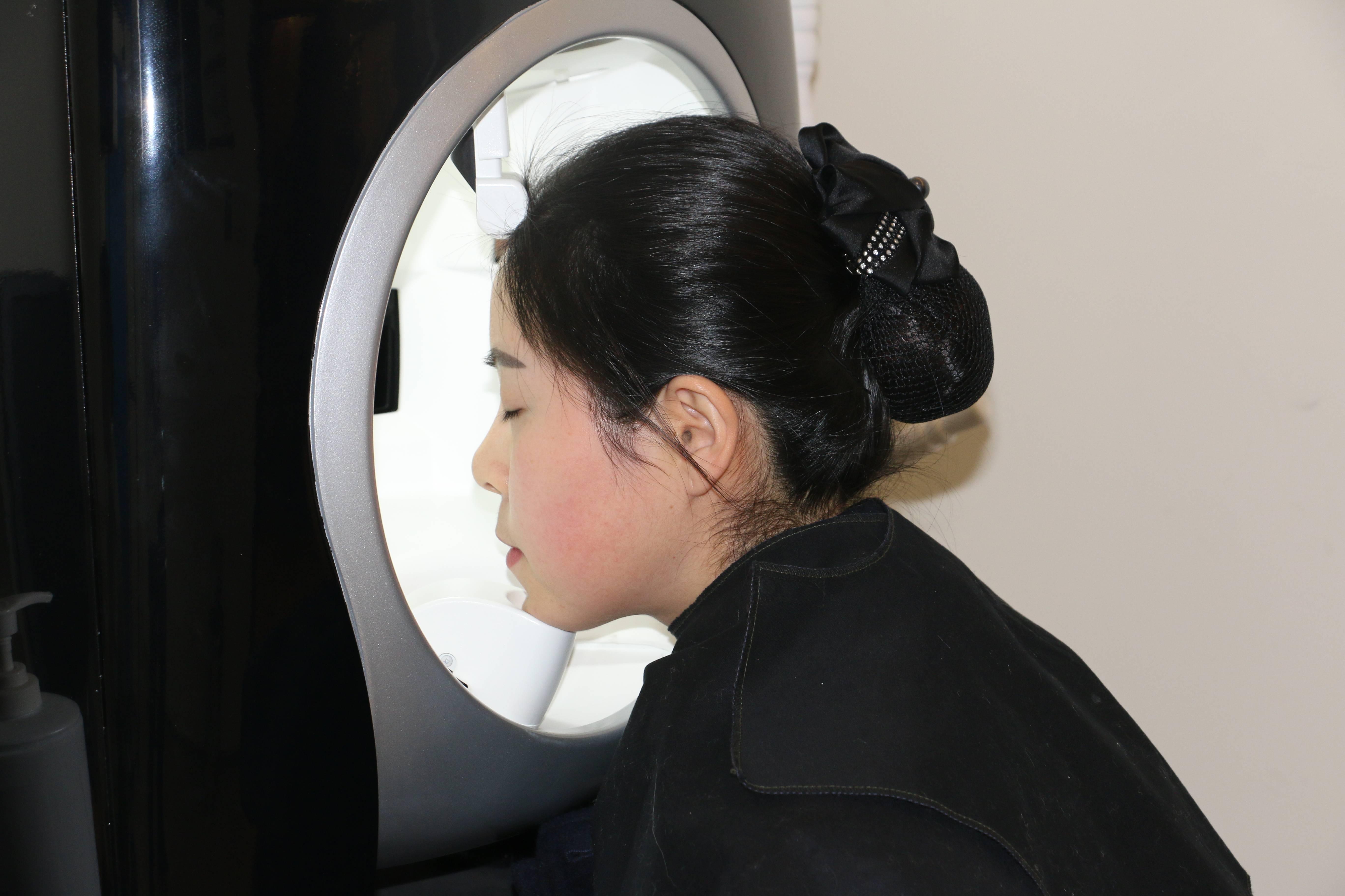 兰兰老家在山区,由于气候因素导致皮肤角质层过薄,红血丝很多,而且皮肤遇冷遇热会出现潮红,非常尴尬!经过面诊和VISIA皮肤检测,对皮肤深层做了一个深度的确诊,并根据检测结果和兰兰的肤质制定了适合她的舒敏治疗