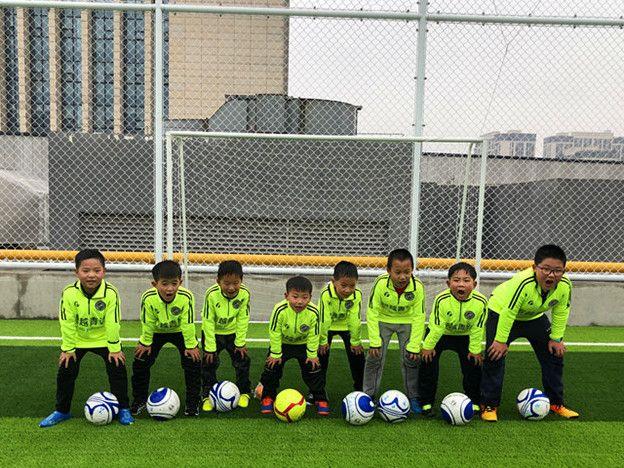 青少年守门员训练_足球技巧:韩国小孩足球技巧训练_在学校足球青少年训练收费