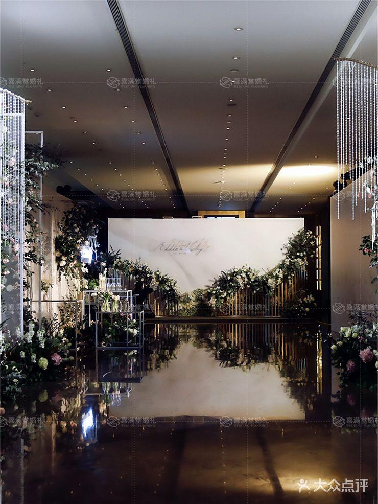花艺装饰,根据婚礼主题来设计喷绘画面内容,量身定制迎宾区背景,展板
