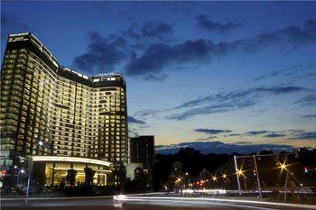 【河源等】河源汇景希尔顿逸林酒店+万绿湖镜花缘旅游区, 可选双人自助早餐-美团