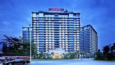 【三亚等】三亚欢朋希尔顿酒店2晚+双早+双人宝宏酒店海鲜自助晚餐1次+双人VIP机场专车接机/送机-美团