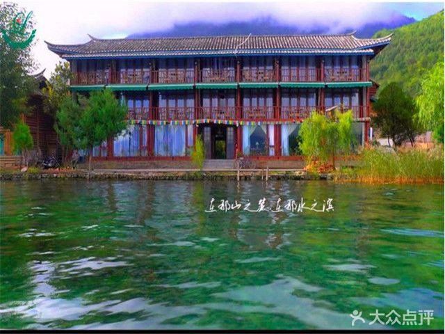 幢房子全部由用圆木剖成两半的木楞垒建而成,是泸沽湖边为数不多的图片