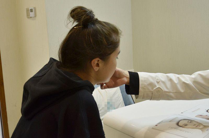 术后恢复第8天,终于熬到了拆线的日子,迫不及待来写日记分享下,这是护士小姐姐给我拆线的照片,很仔细哟,我都没怎么感觉到疼痛,还去给医生仔细看了下,好评! 说实话术后我们对鼻子的感觉,也是有一个过程的,之前也讲过,刚开始肯定没那么自然,后面慢慢会越来越好,关键的恢复期大概是半个月到一个月左右,度过了这段时间基本就差不多了。 有些恢复慢的姐妹可能需要一两个月的时间,这个都是正常的,毕竟每个人体质不一样嘛,医生也是没办法提前预估,只能等待咯,顺便忌忌口,吃清淡点,对恢复也有一定的帮助~