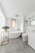 富裕型110平米三室两厅现代简约风格卫生间欣赏图