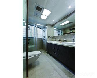 经济型110平米三现代简约风格卫生间设计图
