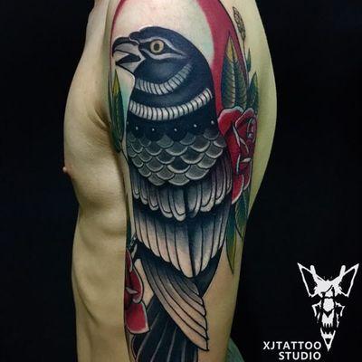 大臂乌鸦纹身款式图