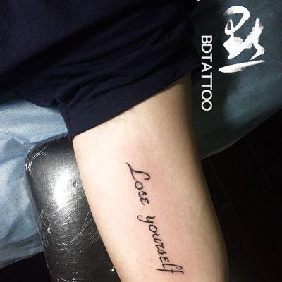 手臂内侧英纹身款式图
