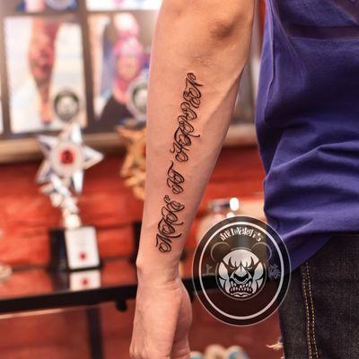 手臂花体字纹身款式图