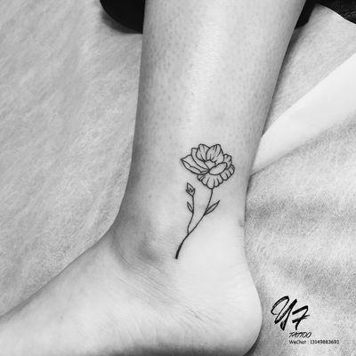 线条小花纹身图