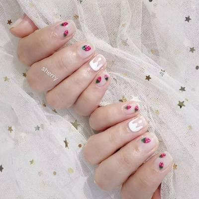 甜美小草莓美甲款式图
