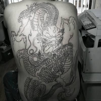 满背龙纹身图