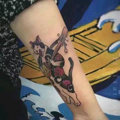 弹琴的猫纹身图