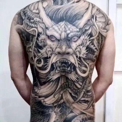 后背龙纹身图