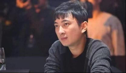 王思聪现身杭州夜店一晚消费30万,美女环绕他却只顾低头玩手机  第7张
