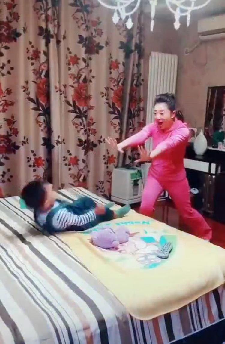 央视主持人月亮姐姐晒2岁儿子近照,她家的窗帘太接地气了  第1张