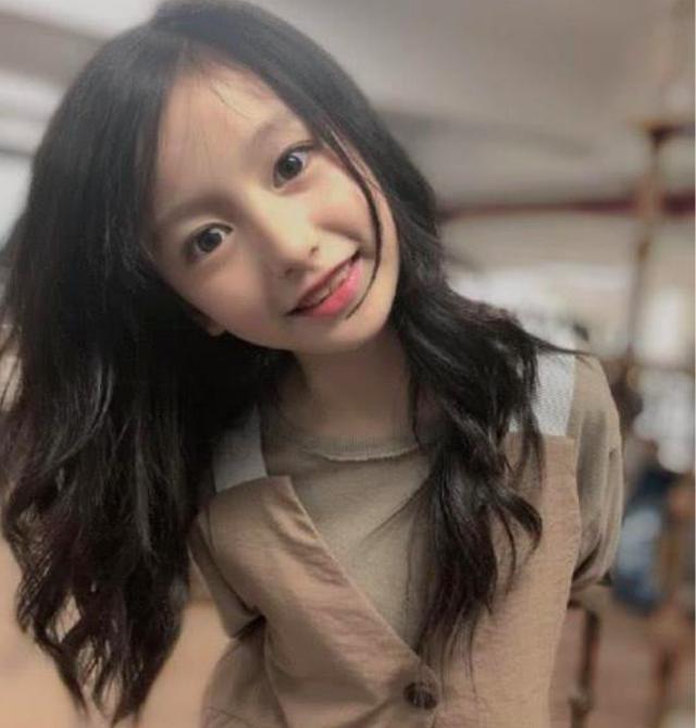 9岁最美小童星造型破格,化浓妆头发变粉色,网