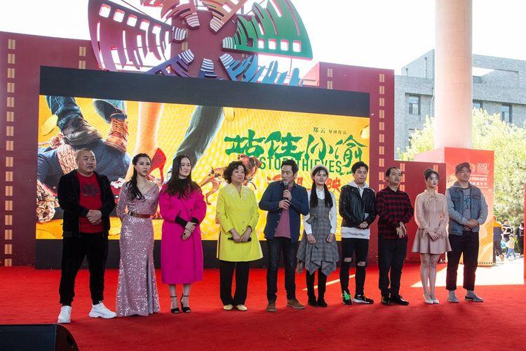 《站住!小偷》剧组亮相北影节,郑云携主创歌舞首秀《抓小偷》  第1张