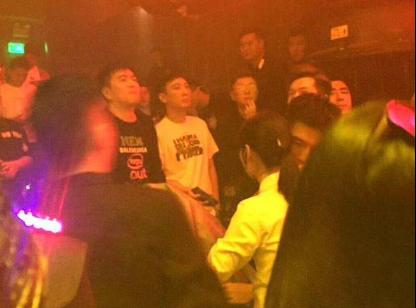 王思聪现身杭州夜店一晚消费30万,美女环绕他却只顾低头玩手机  第1张