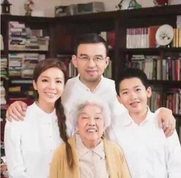 央视主持人朱迅15岁儿子近照罕见曝光,网友:还好长得像妈妈  第2张
