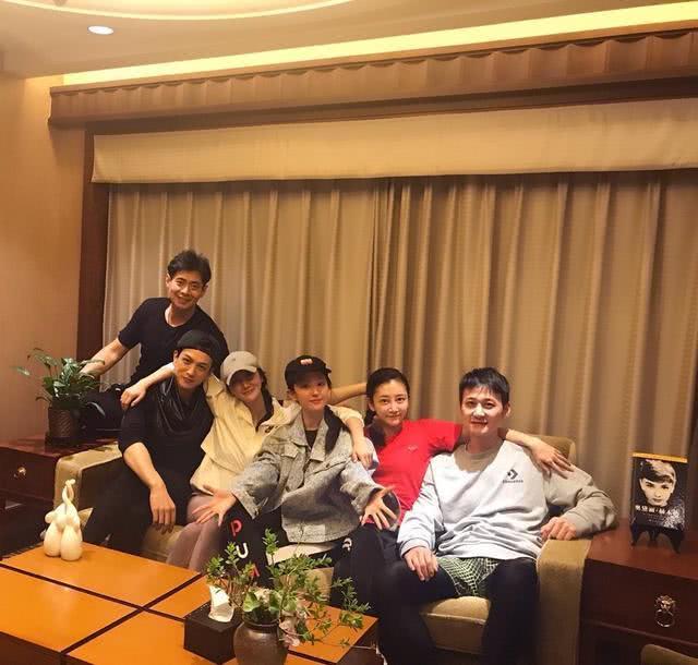 刘亦菲与大学同学聚会照曝光,素颜出镜状态好,网友:脸好小  第1张