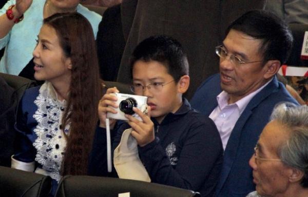 央视主持人朱迅15岁儿子近照罕见曝光,网友:还好长得像妈妈  第4张