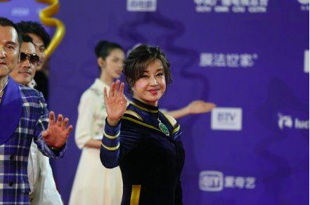 63岁刘晓庆近照曝光,胸前超大翡翠配饰太抢镜  第2张