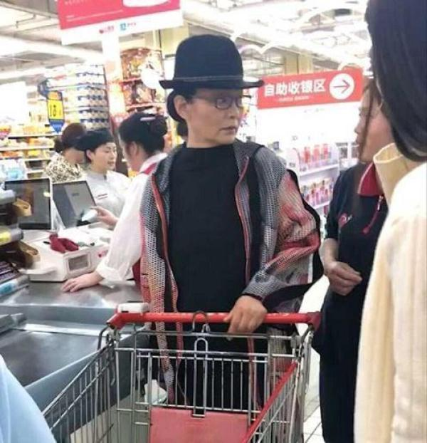 网友偶遇64岁潘虹逛超市,激动求签名却被她的眼神吓到  第1张