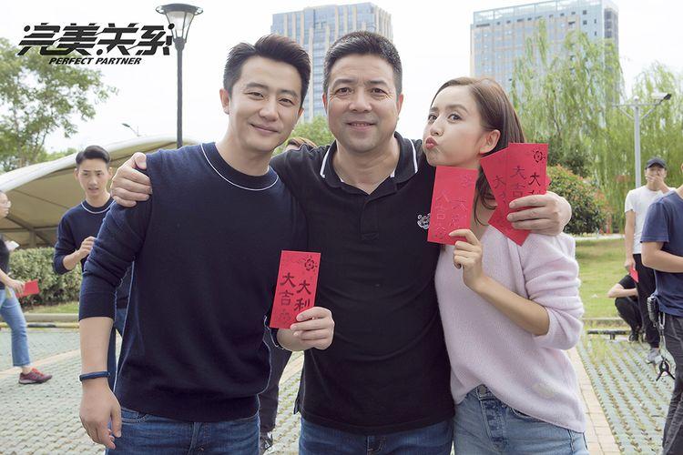 3.黄轩佟丽娅安建导演合影.jpeg