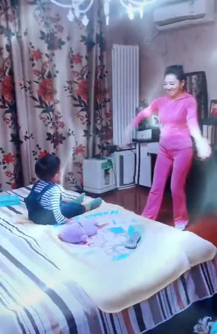 央视主持人月亮姐姐晒2岁儿子近照,她家的窗帘太接地气了  第5张