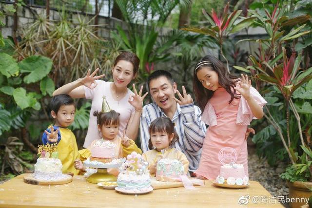 陈浩民带妻子吃路边摊和陌生人拼桌,却给女儿买上万的衣服  第10张