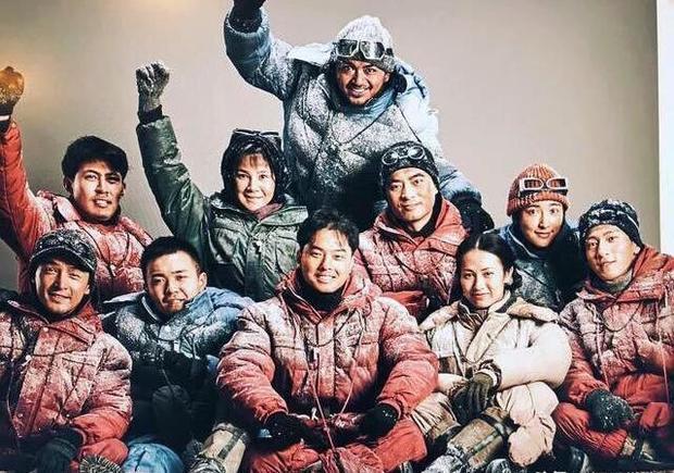 吴京张译海拔5000米珠峰大本营合影,《攀登者》即将杀青定档  第7张