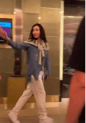粉丝偶遇张柏芝求合照,她的这个动作引网友大呼:我酸了  第3张