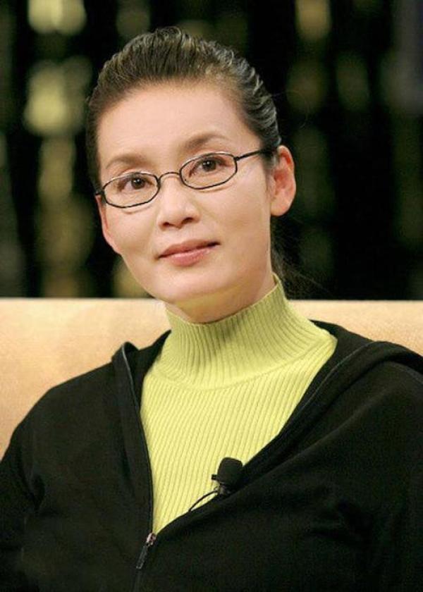 网友偶遇64岁潘虹逛超市,激动求签名却被她的眼神吓到  第5张