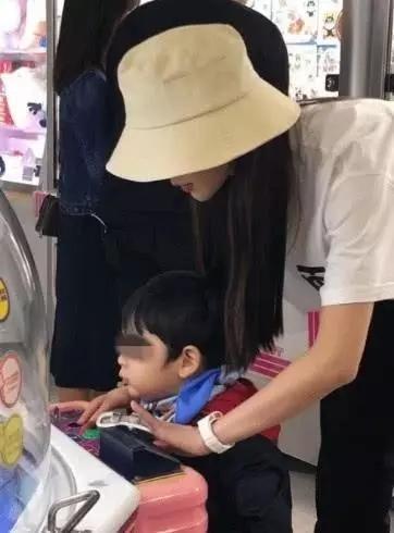 网友偶遇baby带小海绵玩耍,她看小海绵的表情亮了  第4张
