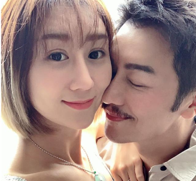49岁陈浩民庆祝结婚8周年,小16岁娇妻5年生4胎恢复神速