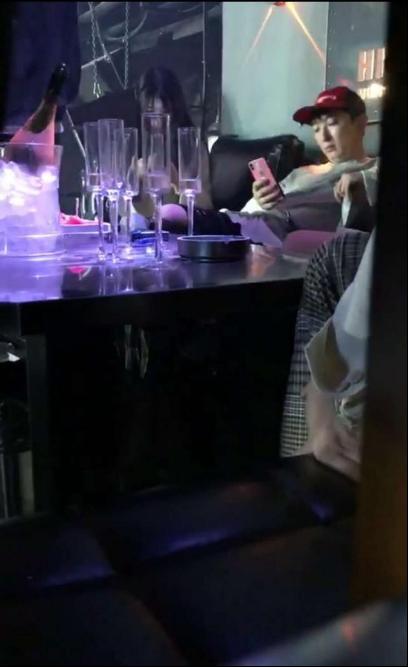 王思聪现身杭州夜店一晚消费30万,美女环绕他却只顾低头玩手机  第6张