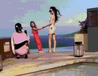 网友三亚偶遇李小璐母女,小甜馨被晒黑,妈妈显得更白了