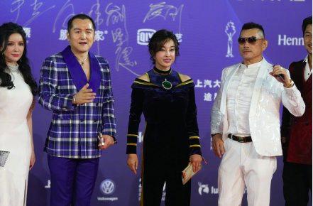 63岁刘晓庆近照曝光,胸前超大翡翠配饰太抢镜  第4张