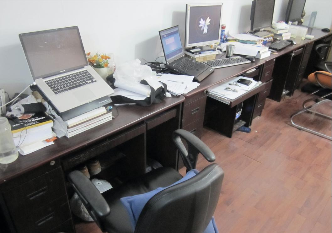 美团技术团队早期办公环境,右边电脑上有测试中还没上线的美团网页版