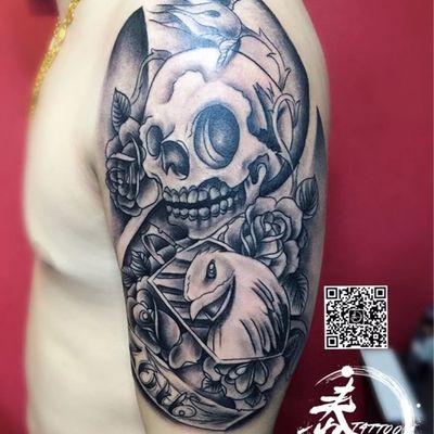大手臂黑白纹身图