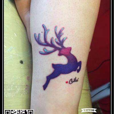 彩色渐变鹿纹身款式图