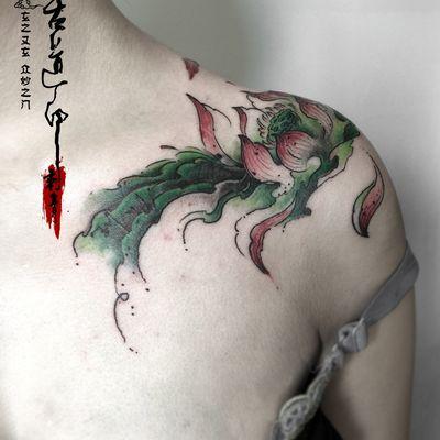 原创水墨荷花披肩纹身图