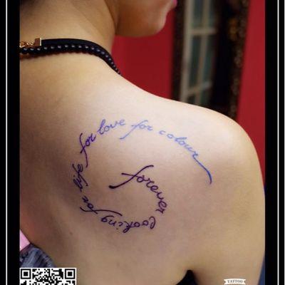 渐变字母纹身图