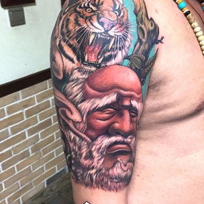 彩色达摩老虎大臂纹身款式图