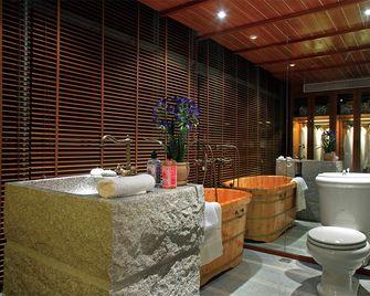 130平米三室两厅东南亚风格卫生间装修图片大全